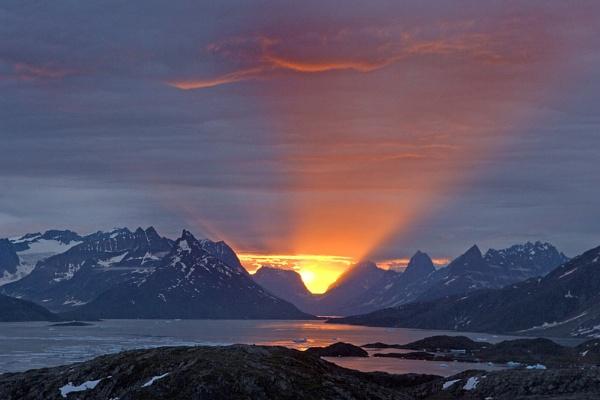 Midnight,  E Greenland by dakasuju