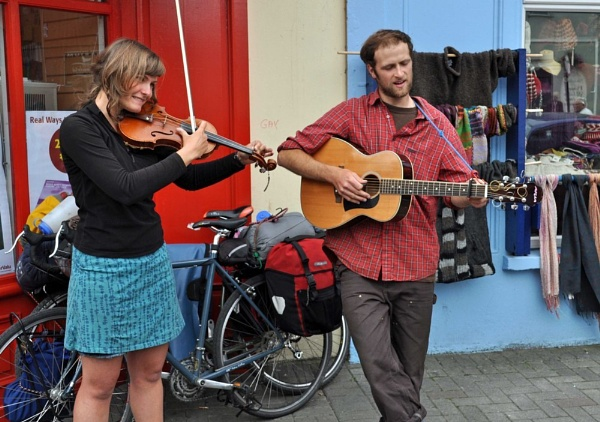 american folk tourists in dingle by tullyhogueurker