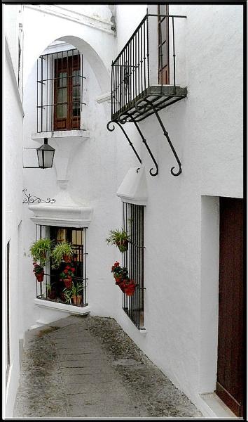 Spanish Alleyway by fentiger