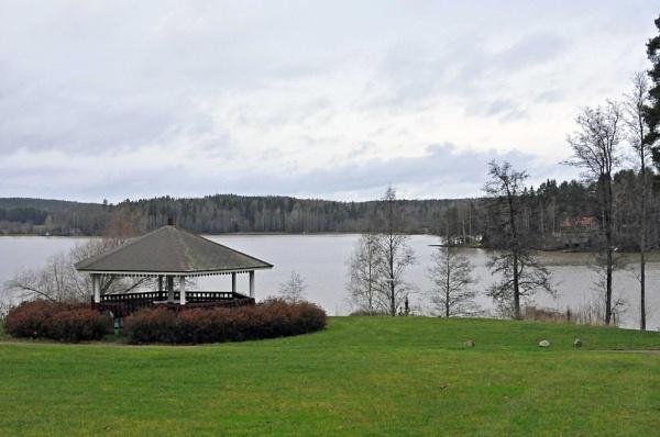 The Pavillion by the lake. by kuvailija