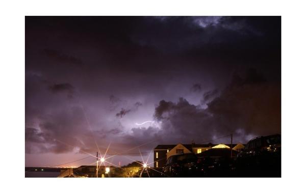 Inter-cloud Lightning by zrxsheep