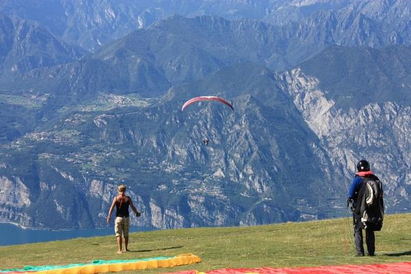 Hand Glider- Mount Baldo by desbarnio