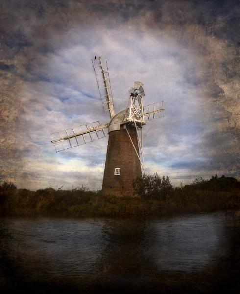 Norfolk Water Pump by GillSleePhotography