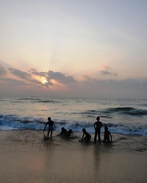 Sunrise at Mahabalipuram by bglimaye
