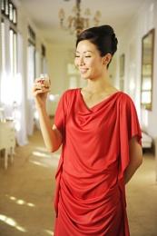 modern lady like to drink bird's nest