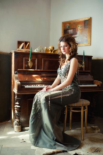 piano girl by saxy