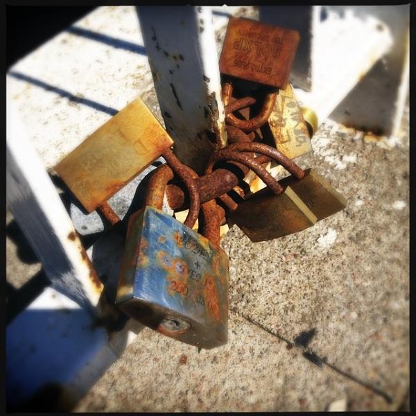 Rusty locks by tttfoto