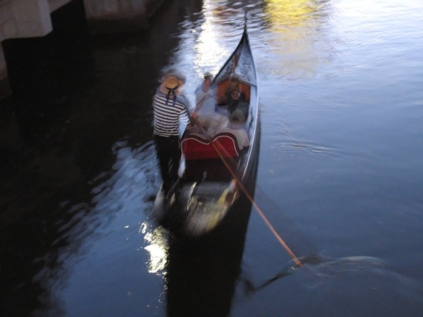 ""\""""Abstract Gondolier"""" by LexEquine""600|450|?|en|2|d1ab6659e1c25111b37794d04a824c8b|False|UNLIKELY|0.2888418436050415