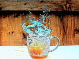apple drop in water make a splash