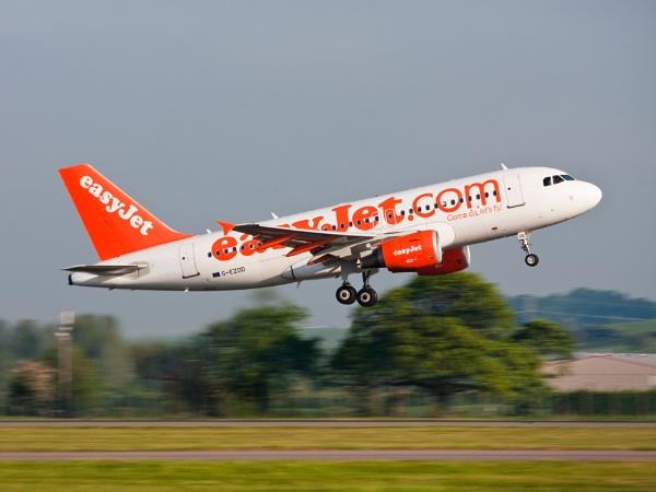 Easyjet  Airbus G-EZDD A319 by flatfoot471