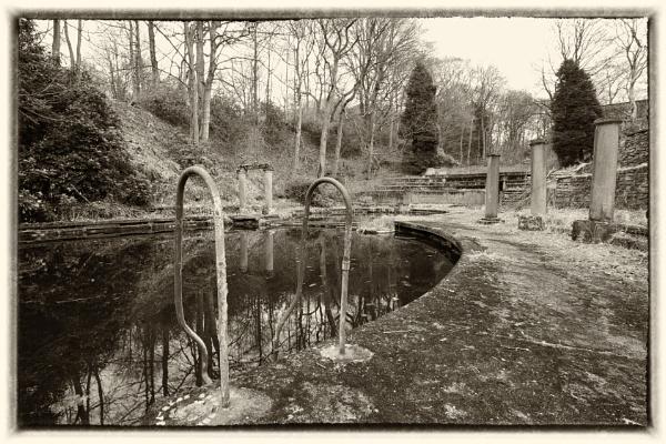 Abandoned pool by Mactogo