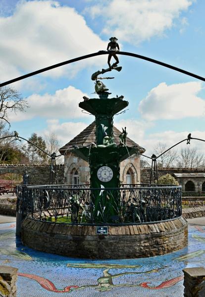 Froggie Fountain by gingerdelight