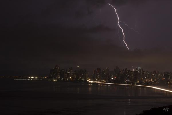 Lightning over Panama by luigitoi