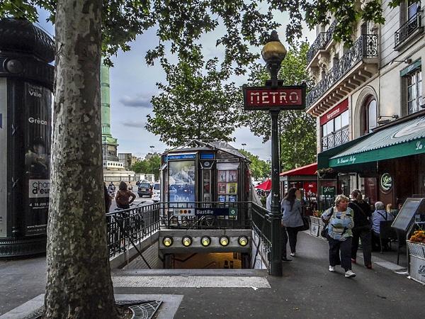 Bastille Metro Entrance by ednys