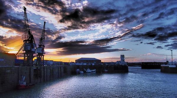 Sundown @ Victoria Pier. by Canoman