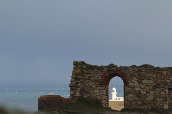 through the arch by loobylyn