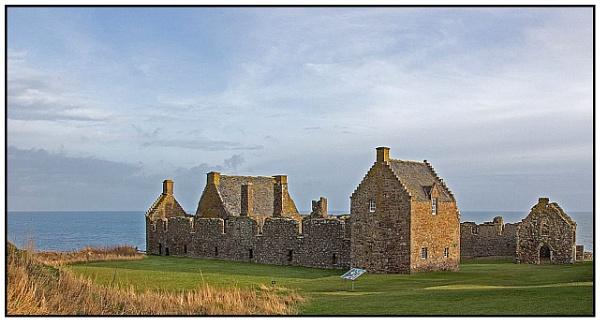 Dunnottar Castle 2 by lenocm