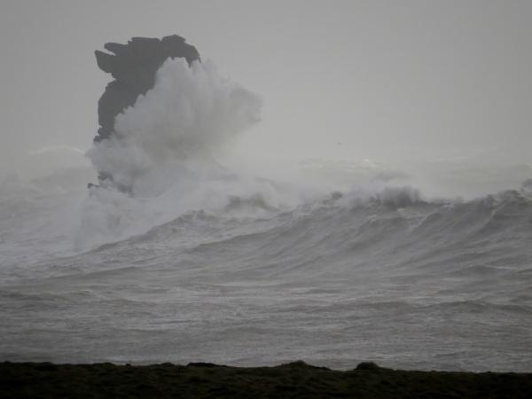 A stormy Dún Síon by cnooba