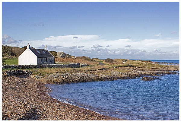 Cottage on the shore by lenocm