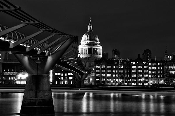Millennium bridge and St Paul\'s by robertjhook