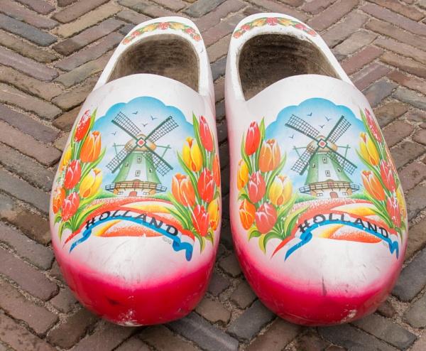 "Hannes loopt op klompen, simpe sampe, sompe (Old Dutch song) \""Klompen=wooden shoes\"" by kuipje"