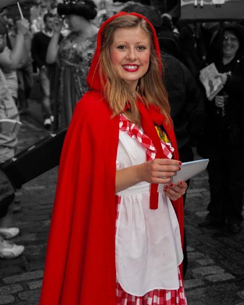 A street performer, during Edinburgh\'s Fringe Festival. by mediaman