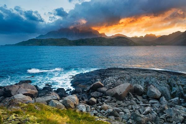 Lofoten Sunset by mbmark