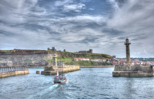Sailing into Whitby by mmart
