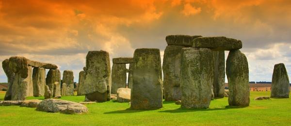 Evening sky over Stonehenge by eddie1
