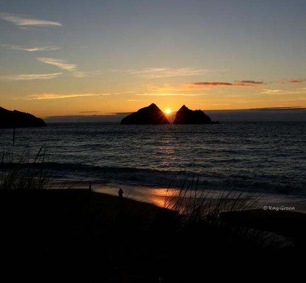 Sunset Through The Rocks by kaz1