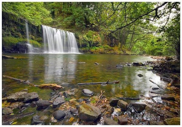 Sgwd Uchaf Ddwli Waterfall by geoffrey baker