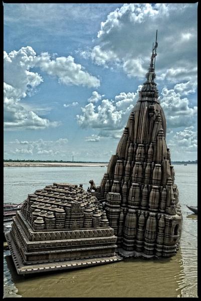 Leaning temple of Varanasi by notsuigeneris