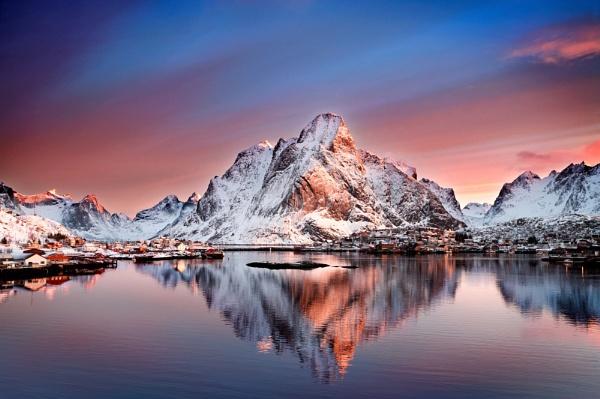 Arctic Dawn, Reine. by rjb25