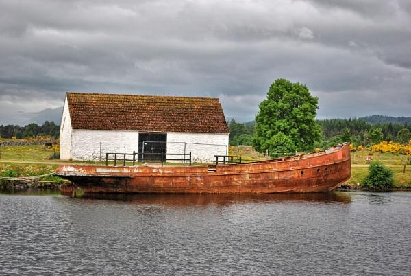 Old boat Highlands, Scotland by ggdorrian