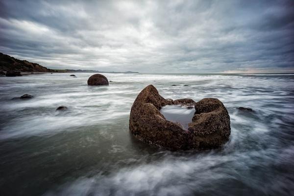 Broken boulder, Moeraki, New Zealand by milo42