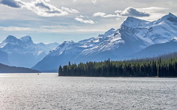 Maligne Lake by pdunstan_Greymoon