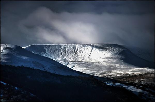 Winter on Pen y Fan by dukes_jewel