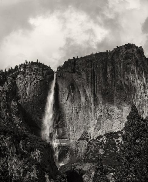 Lower Yosemite Falls light by rontear