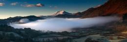 Llyn Gwynant Snowdonia, Wales at Winter sunrise ..