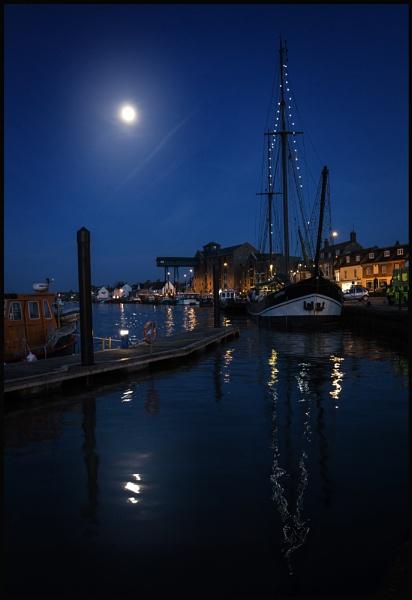Wells Moonlight. by Niknut