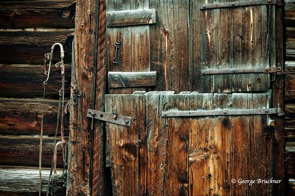 Cariboo\'s Barn Door by rusty