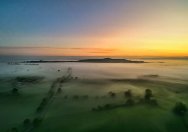 mist over glastonbury by lesvictor