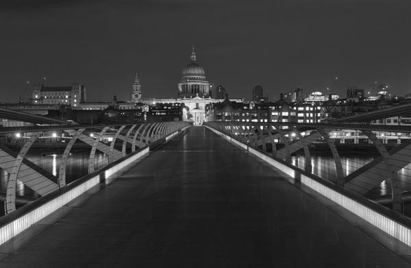 Millenium Bridge - Black and White by kgb