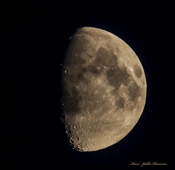 Moon. by kuvailija