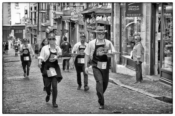 b/w of an earlier photo from the Courses des garçons de café by chataignier
