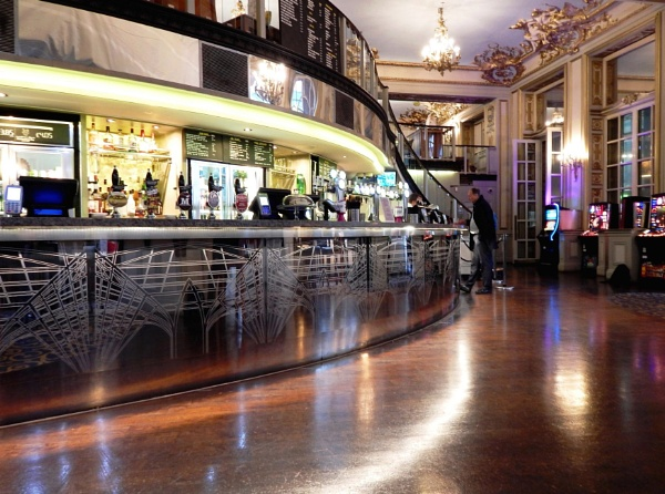 A Long Bar by RysiekJan