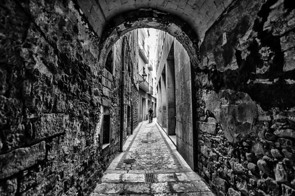 Narrow street of Girona by zdumus