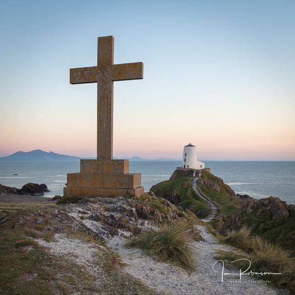 Llandwyn Lighthouse by ianrobinson