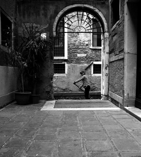 Gondolier B&W by travelslide