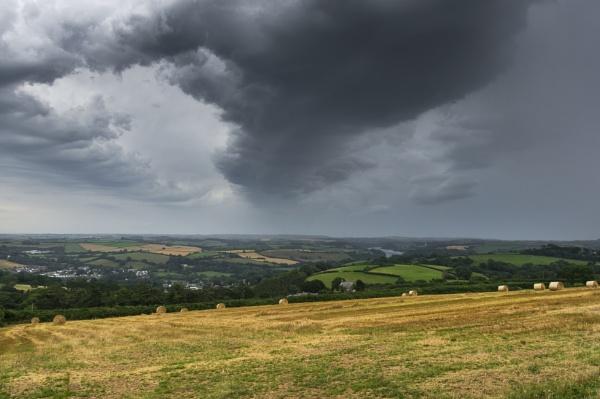 Storm watching by Arvorphoto